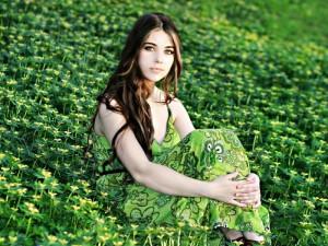 женщина в длинном платье на природе